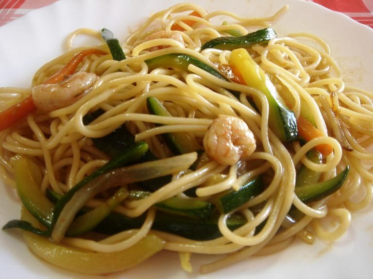 Спагети със скариди и зеленчуци