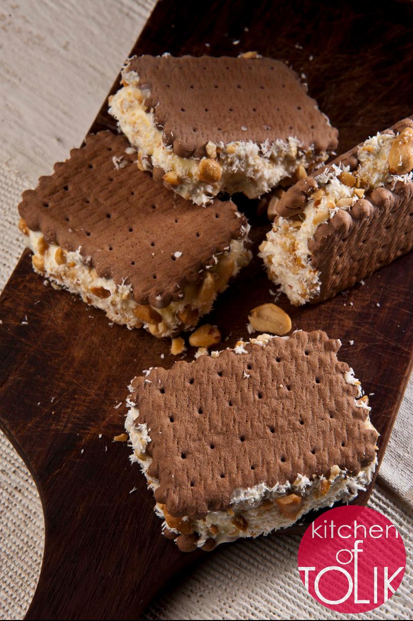 Сладоледен сандвич с шоколадови бисквити