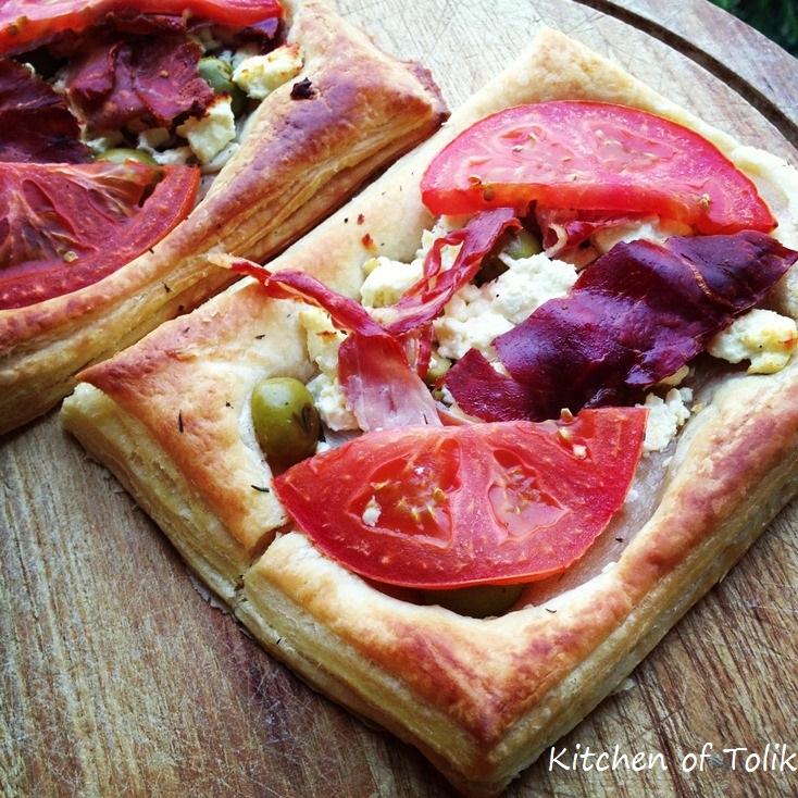 Тарти с прошуто, сирене и маслини