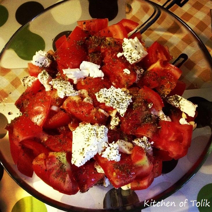 Салата от домати с козе сирене