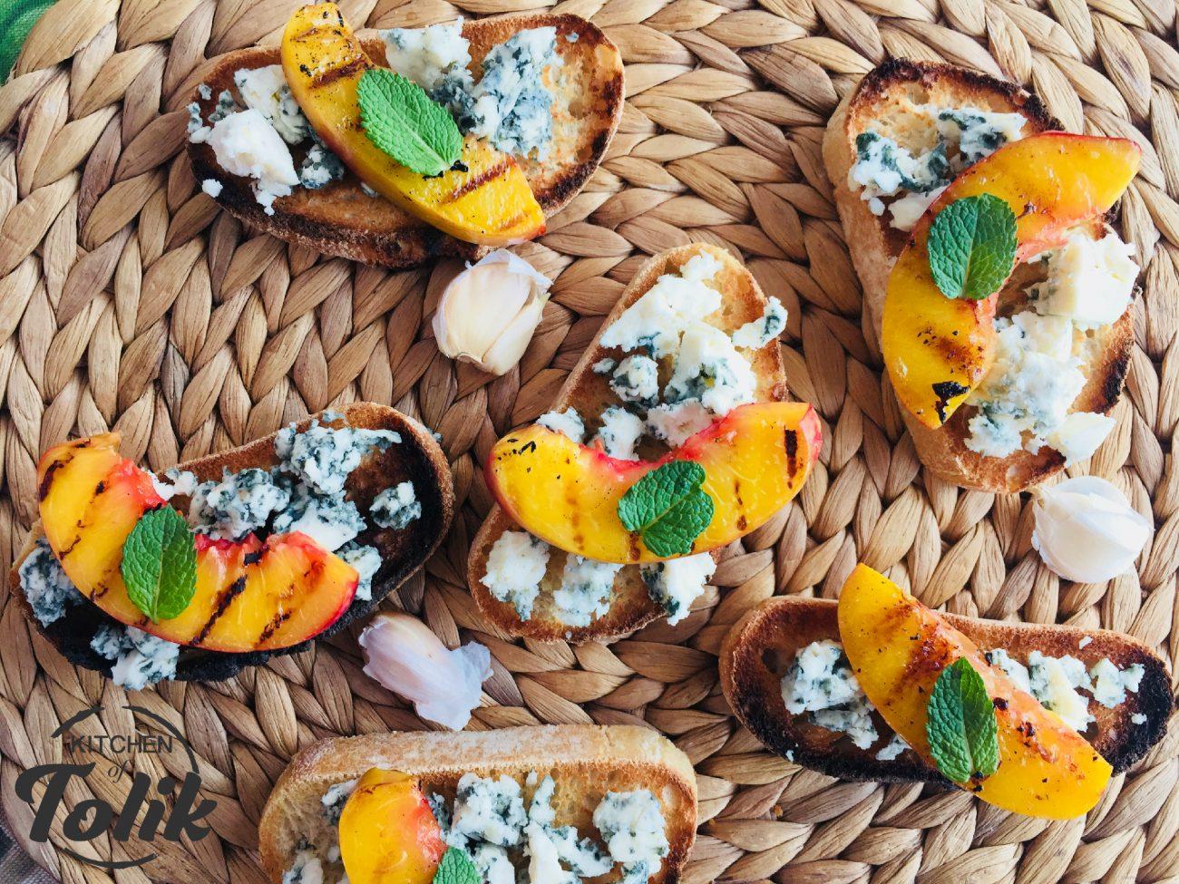 Брускети със синьо сирене и нектарини